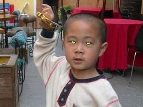 Cina Bimbo Con Gli Occhi Di Gatto E Kang Kang Il Bambino Con La