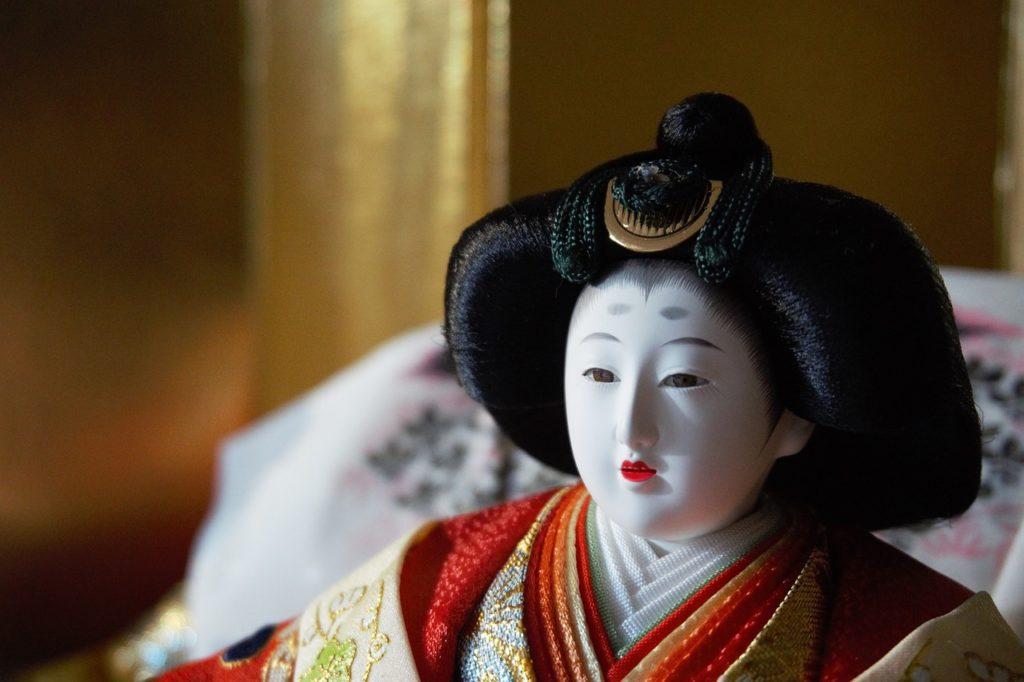 Questa immagine ha l'attributo alt vuoto; il nome del file è bambola-giapponese-1024x682.jpg