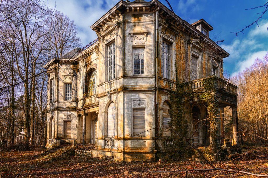 La spaventosa Villa delle Streghe a Cortenova